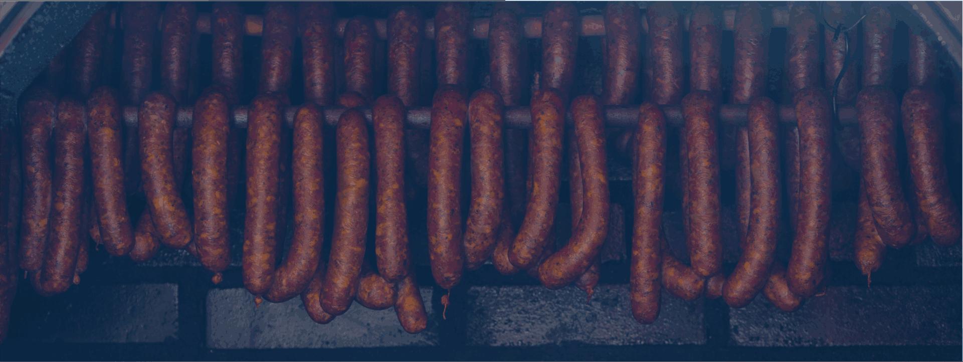 Emissionen aus Räuchereibetrieben bestehen aus fettigen, teerigen oder ölhaltigen Verbindungen, die zusätzlich stark geruchsbeladen sind.