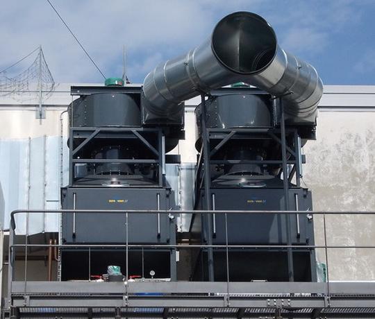 Le système de filtration KMA AAIRMAXX®est installé à l'extérieur de l'usine
