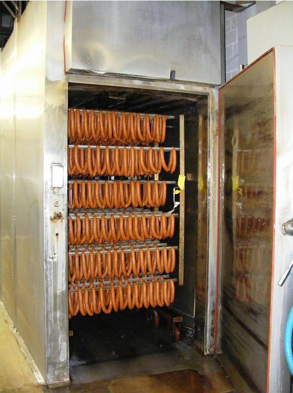 Saucisses fumées dans un fumoir industriel